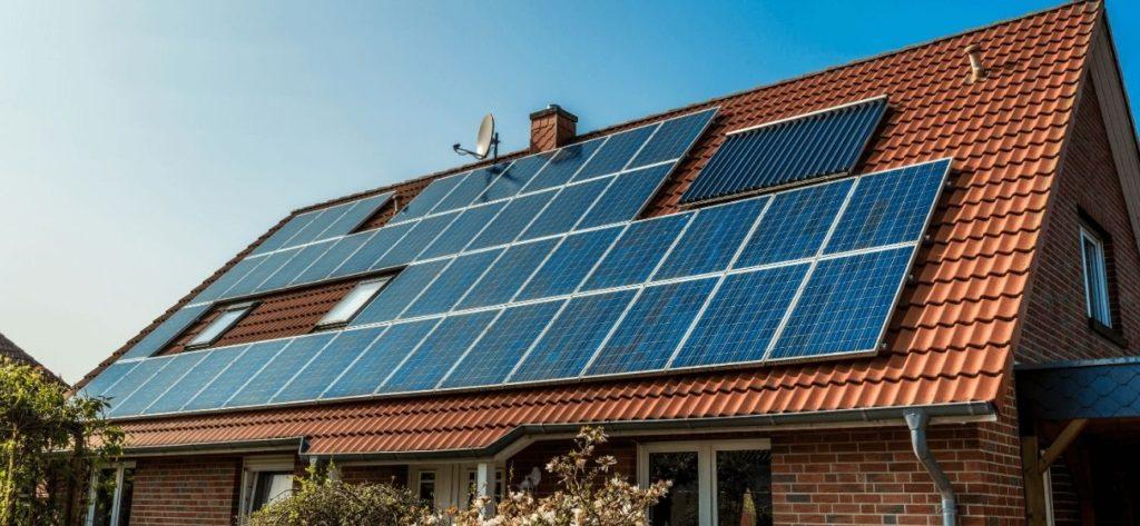 Solceller på ett villatak i Uppsala